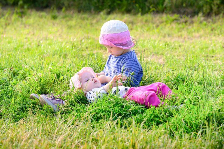 rodinne fotenie v Plaveckom Stvrtku, male deti lezia na luke a hraju sa s travou