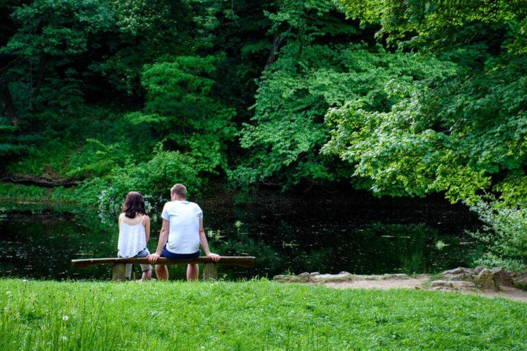fotenia mladeho paru sediaceho na lavicke pred jazierkom v Smoleniciach