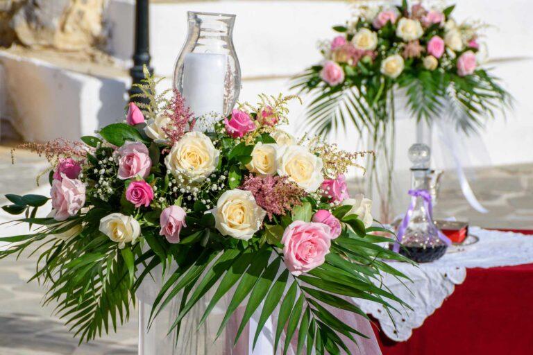 svadobna kytica na stole ako sucast vyzdoby pocas svadobneho fotenia Malacky